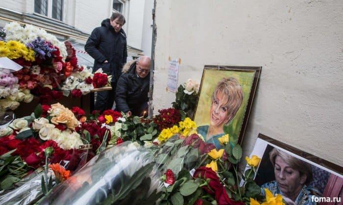 26 декабря 2016 г. Люди приносят цветы к помещению фонда Доктора Лизы на Пятницкой. Фонд продолжает работу в обычном порядке и ему по-прежнему нужны пожертвования. Фото Юлии Маковейчук