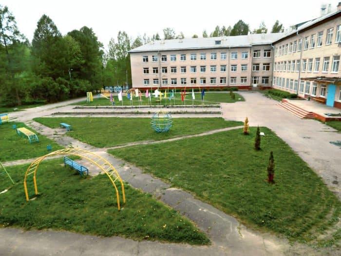 У школы большая территория, помимо спортплощадки ихозяйственных строений есть ияблоневый сад. Дети пьют компоты из яблок, которые сами же и собирают. Фото из архива школы