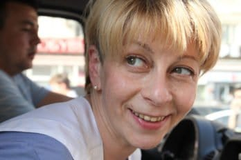 Доктор Лиза кормит бездомных на Павелецком вокзале. Фото Владимира Ештокина из материала Доктор Лиза: «Я всегда на стороне слабого»