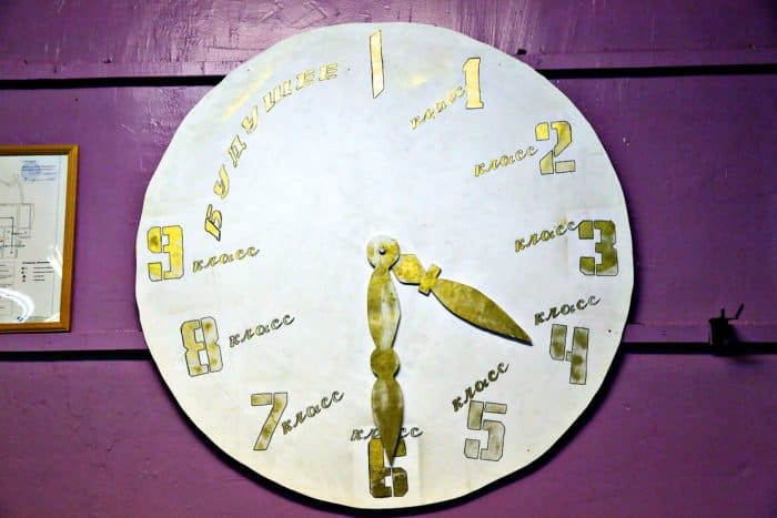Эти символические часы напоминают ребятам, что детство не вечно, что придется взрослеть ивыходить всамостоятельную жизнь. Но как сложится их будущее, зависит во многом от них самих, от их интересов, их энергии имотивации
