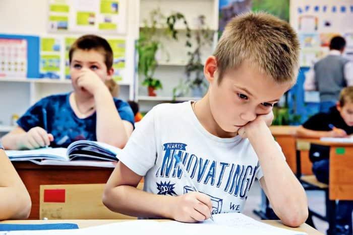 После обеда дети делают уроки. Такая самоподготовка отличается от приготовления уроков вдомашних условиях, потому что здесь они, под контролем педагогов, помогают друг другу, аособенно младшим (поскольку уроки делают всвоих разновозрастных группах)