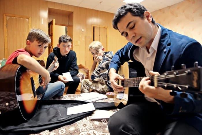 Директор помогает ребятам репетировать песню, которую они хотят исполнить для своего друга Дениса, которому сегодня исполнилось 12 лет. После ужина будет празднование — стортом, песнями иразговорами за жизнь