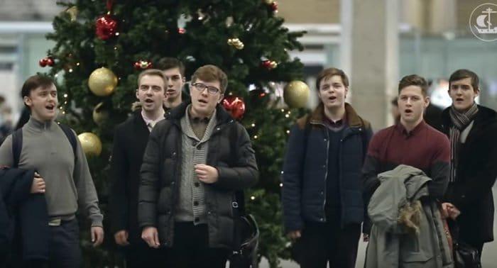 «Христос родился!»: студенты СПбДА спели людям о Рождестве в аэропорту