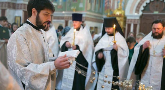 Священники молятся и помогают родным погибших в ДТП в Ханты-Мансийске