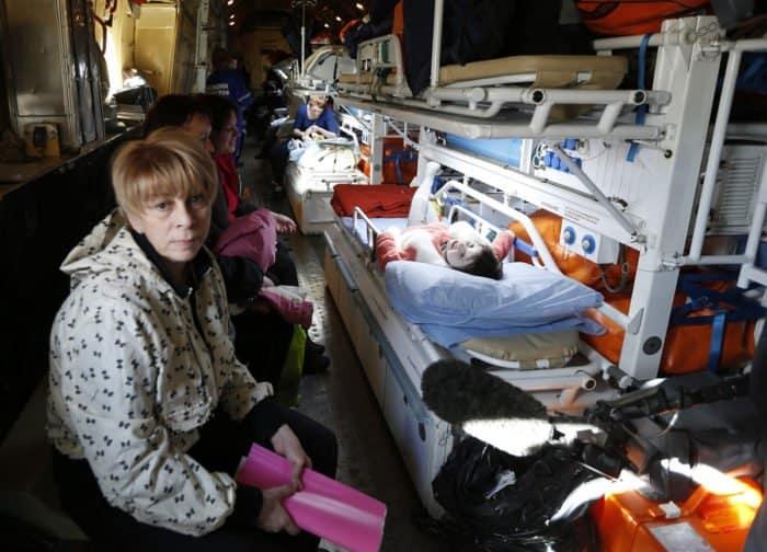 Елизавета Глинка на спецборте МЧС во время эвакуации в Москву тяжелобольных детей из города Макеевка Донецкой области. Фото Валерия Матыцина/ТАСС