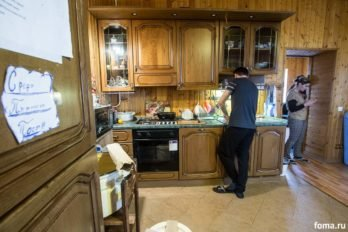 Сотрудник Георгий готовит обед.