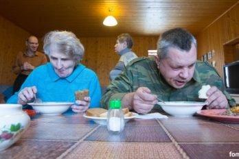 За обеденным столом: Люба и Алексей, на заднем плане уже поевшие Сергей и Наталья.