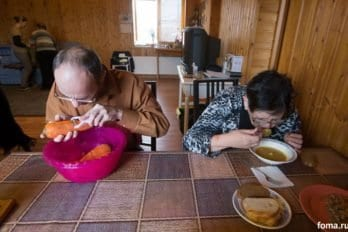 Сергей уже работает, Татьяна обедает.