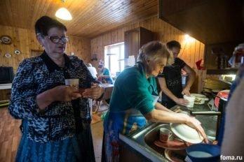 После обеда женская половина сама моет всю посуду и расставляет в нужные места.