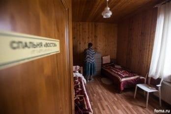 Комната Татьяны и Любови. Таня сейчас прибирает на комоде. При входе-выходе каждое помещение оборудовано специальными табличками с надписями шрифтом Брайля.