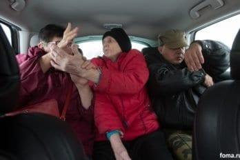 Едем с частью жителей, с Татьяной, Любой и Алексеем, в ресурсный центр для слепоглухих в Ясенево - работать в гончарной мастерской.