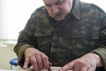 Алексей в гончарной мастерской делает основу для тарелки.
