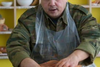 Алексею очень нравится работать в гончарной мастерской. Тут он чувствует себя в