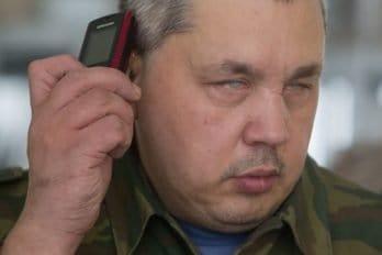 Алексей слушает голосовое сообщение от друга.