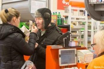 В магазине жители при помощи помощников расплачиваются своими деньгами - той пенсией, которую они получают. Ребята, которые из ПНИ, до сих пор приписаны к ПНИ и отчисляют им 75 % своей пенсии. В Тихом доме они находятся вроде как