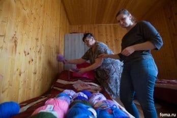 Все свободное время Татьяна посвящает вязанию или чтению. Виктория помогает ей разобрать по цветам нитки.
