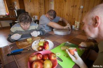 Вся работа производится в перчатках, на подарки к Новому Году. Соблюдаются санитарные нормы.