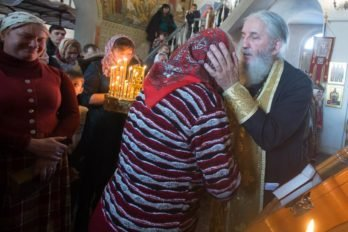 После исповеди отец Лев всех целует в лоб.
