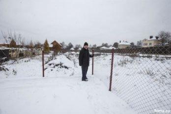 Алексей любит гулять сам. По периметру участка.