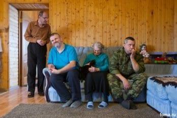 Любимое место - диван, любимый питомец - кот Изумруд. Слева направо: Сергей, Алексей, Любовь, Алексей.