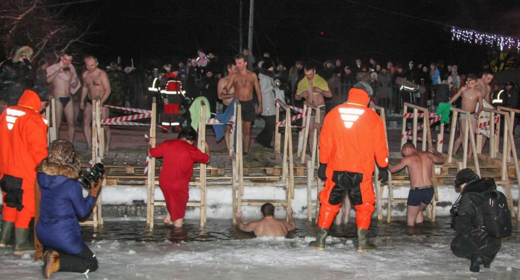 Окунуться в прорубь на Крещение можно будет в 10 парках Москвы