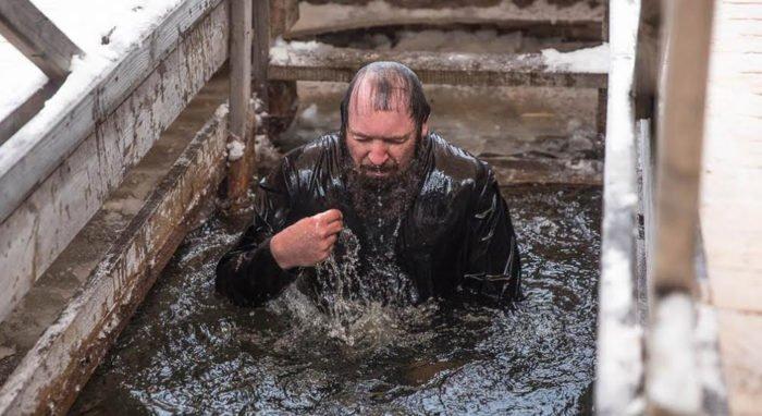 Перед крещенским купанием врачи рекомендуют теплые напитки и бутерброд с салом