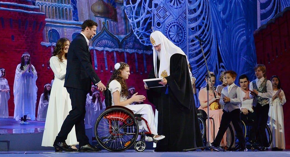 Патриарх Кирилл подарил детям-инвалидам специальные коляски