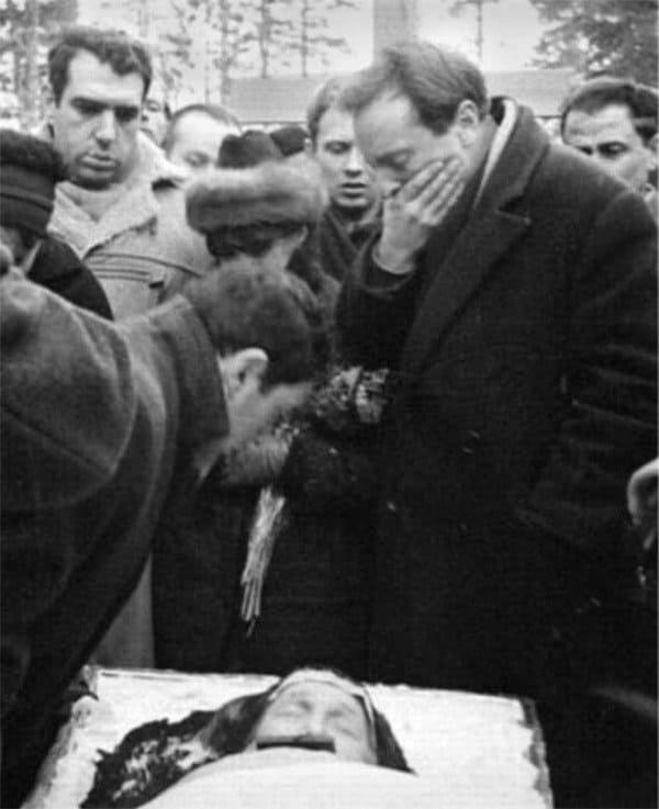 Бродский (справа) около гроба Анны Ахматовой. 1966 г.