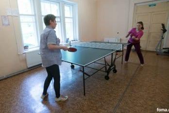 Девушки играют в настольный теннис. Фото Юлии Маковейчук