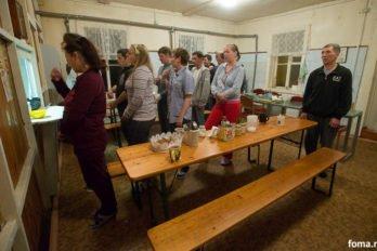 Реабилитанты молятся перед едой. Фото Юлии Маковейчук