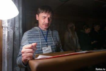 У проходящих реабилитацию есть несложные обязанности. Алексей ежедневно читает в храме утренние и вечерние молитвы, на которых присутствуют все зависимые. Фото Юлии Маковейчук