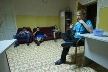 Влад рассказывает, как попал на реабилитацию. Фото Юлии Маковейчук