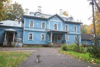 Старинный дом, где живут зависимые. Справа к нему пристроена церковь. Фото Юлии Маковейчук