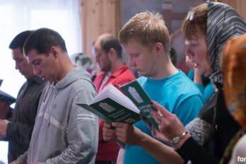 Ребята поют литургию по книгам. Фото Юлии Маковейчук
