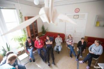 Ребята собираются в общей комнате на лекцию. Фото Юлии Маковейчук