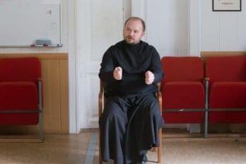 Отец Александр проводит открытую лекцию. Нас тоже пустили послушать. Фото Юлии Маковейчук