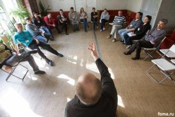 Священник рассказывает о Таинства Крещения. Фото Юлии Маковейчук