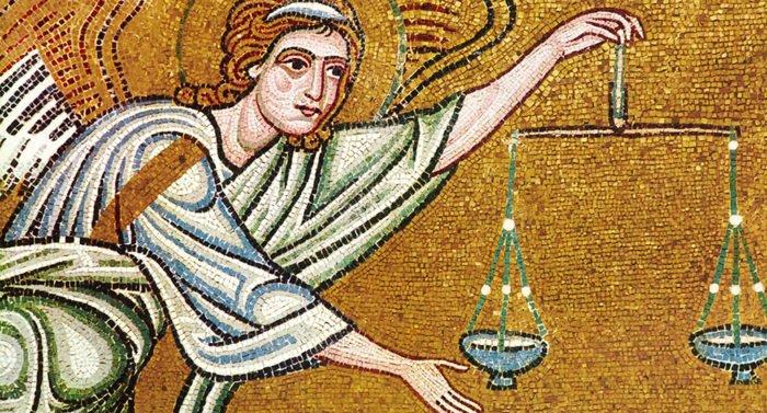 Что символизируют предметы в руках ангелов?