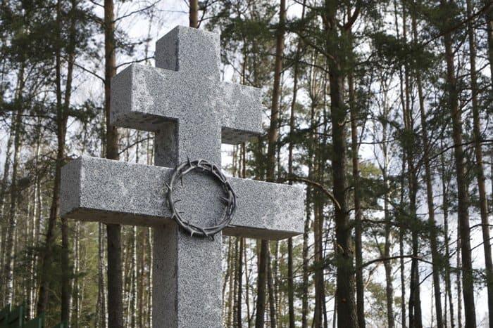 На месте хатынской трагедии установили поклонный крест