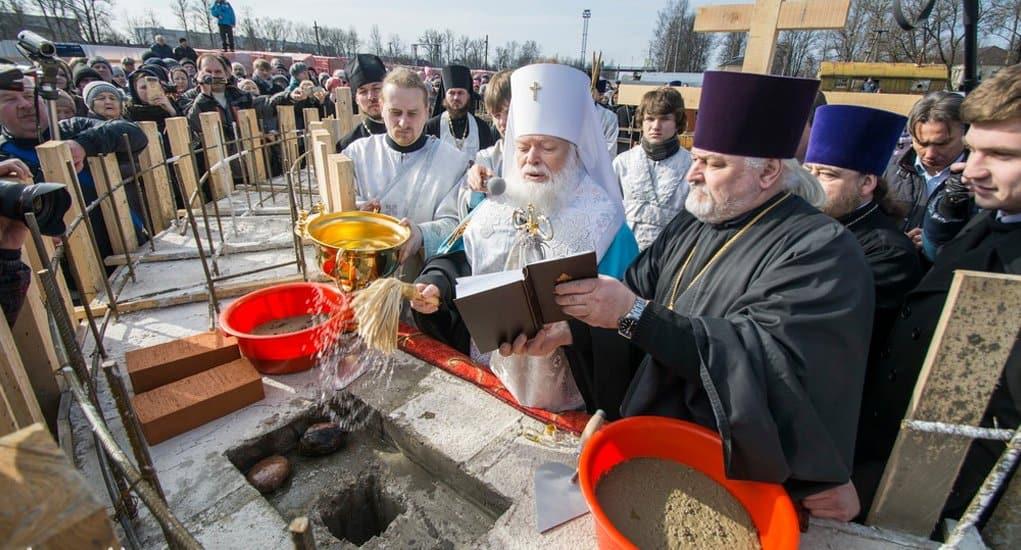 На месте отречения царя Николая II от власти заложили храм