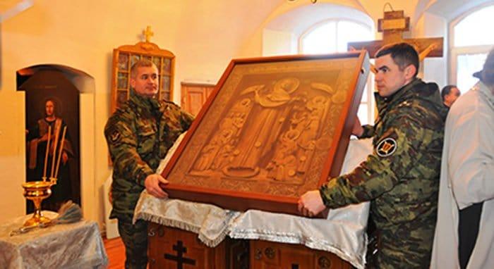 Заключенные Тулы сделали метровую икону для псковского монастыря