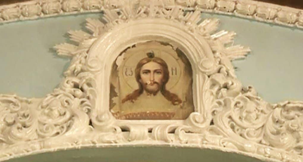 Во время ремонта в соборе Красноярска обнаружили лик Христа
