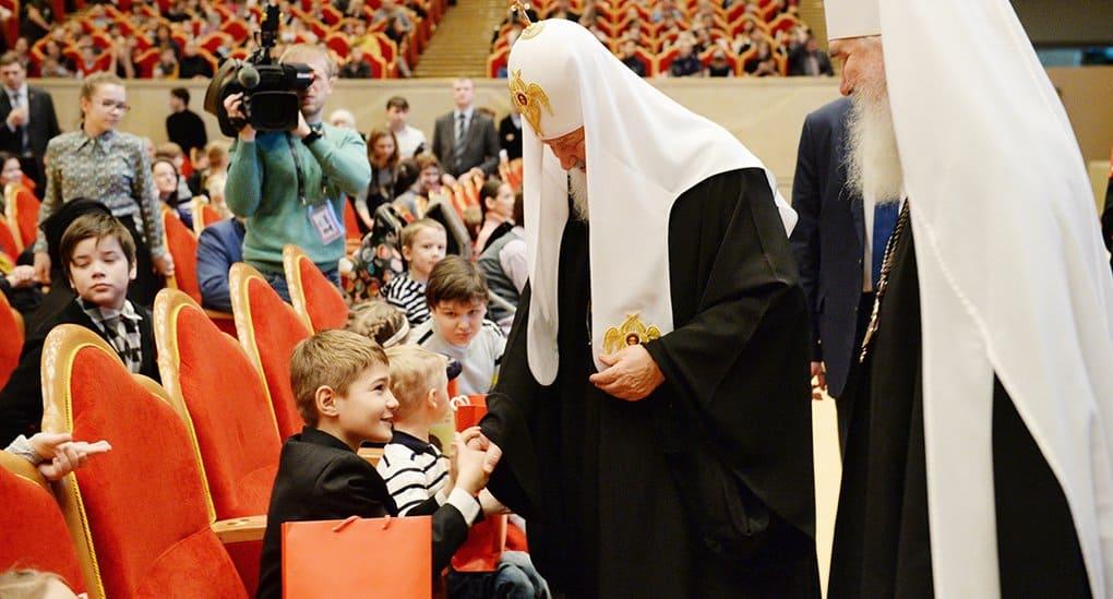Патриарх Кирилл подарил детям книги