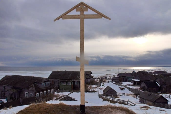 В старинной деревне поморов православная молодежь установила поклонный крест