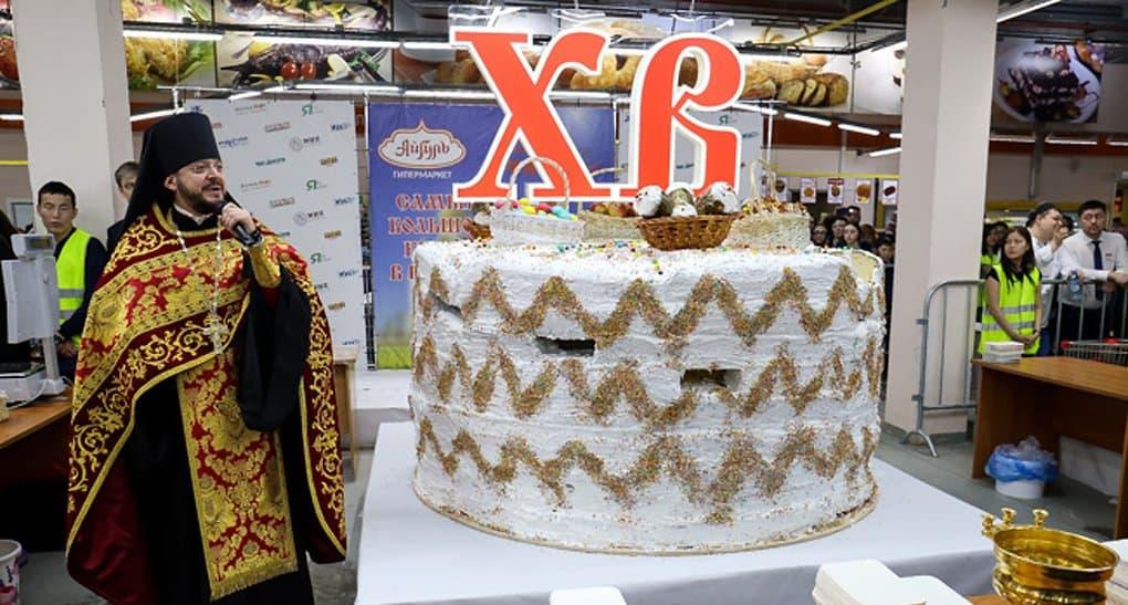Самый большой кулич России бесплатно раздали в Якутии
