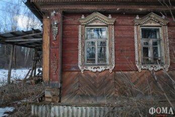Единственный дом рядом с погостом брошен