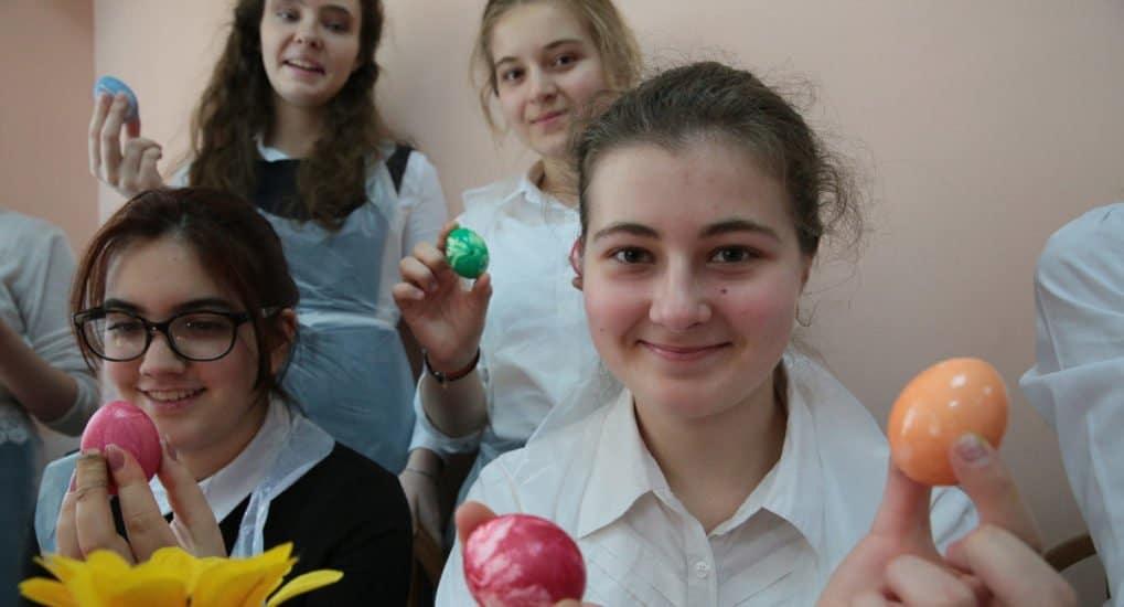 Волонтеры и дети раскрасили яйца к Пасхе