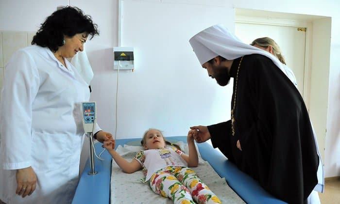 Митрополит Иларион поздравил с Пасхой детей из Центра психоневрологии