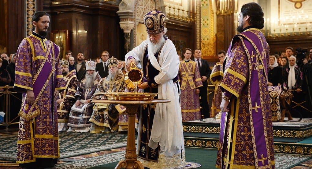 Патриарх Кирилл освятил миро и омыл ноги священнослужителям
