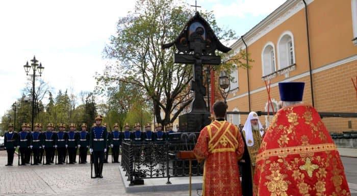 Патриарх Кирилл освятил крест на месте гибели Великого князя Сергея Александровича